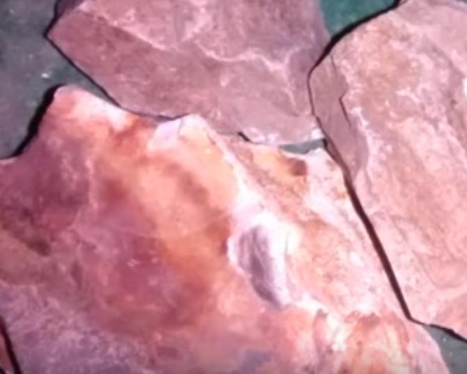 камень красный нефрит
