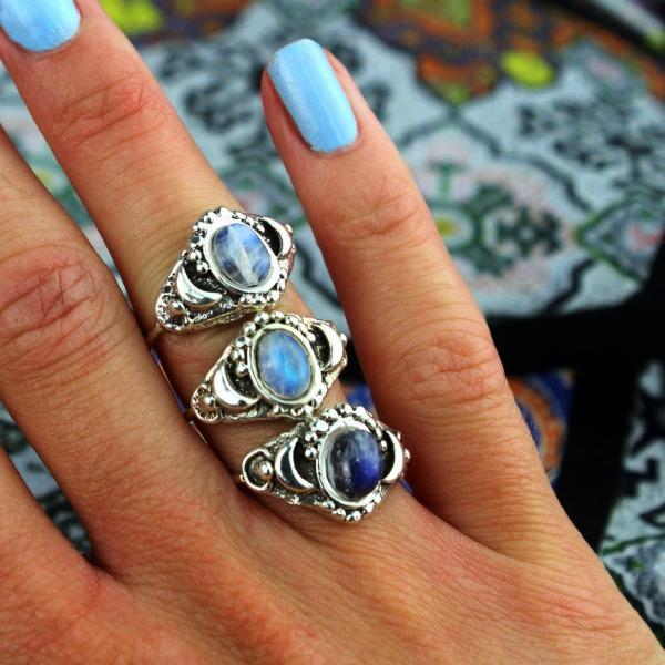 Лунный камень в кольце