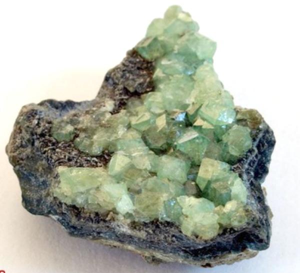 Редкий зеленый гранат камень