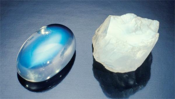 Камень и изделие лунного камня