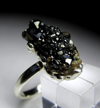 Кольцо с граната черного лечит