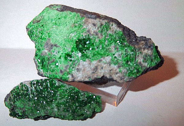 Зеленый гранат камень