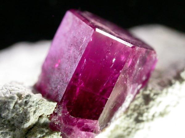 Красный изумруд кристалл