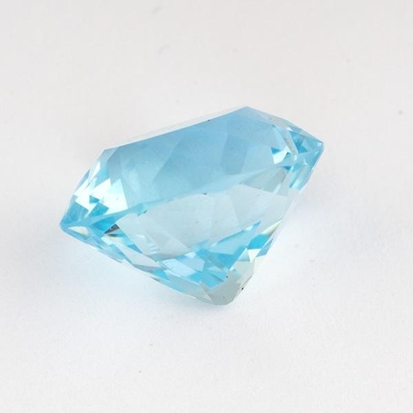 Ограненный камень сине-голубой топаз